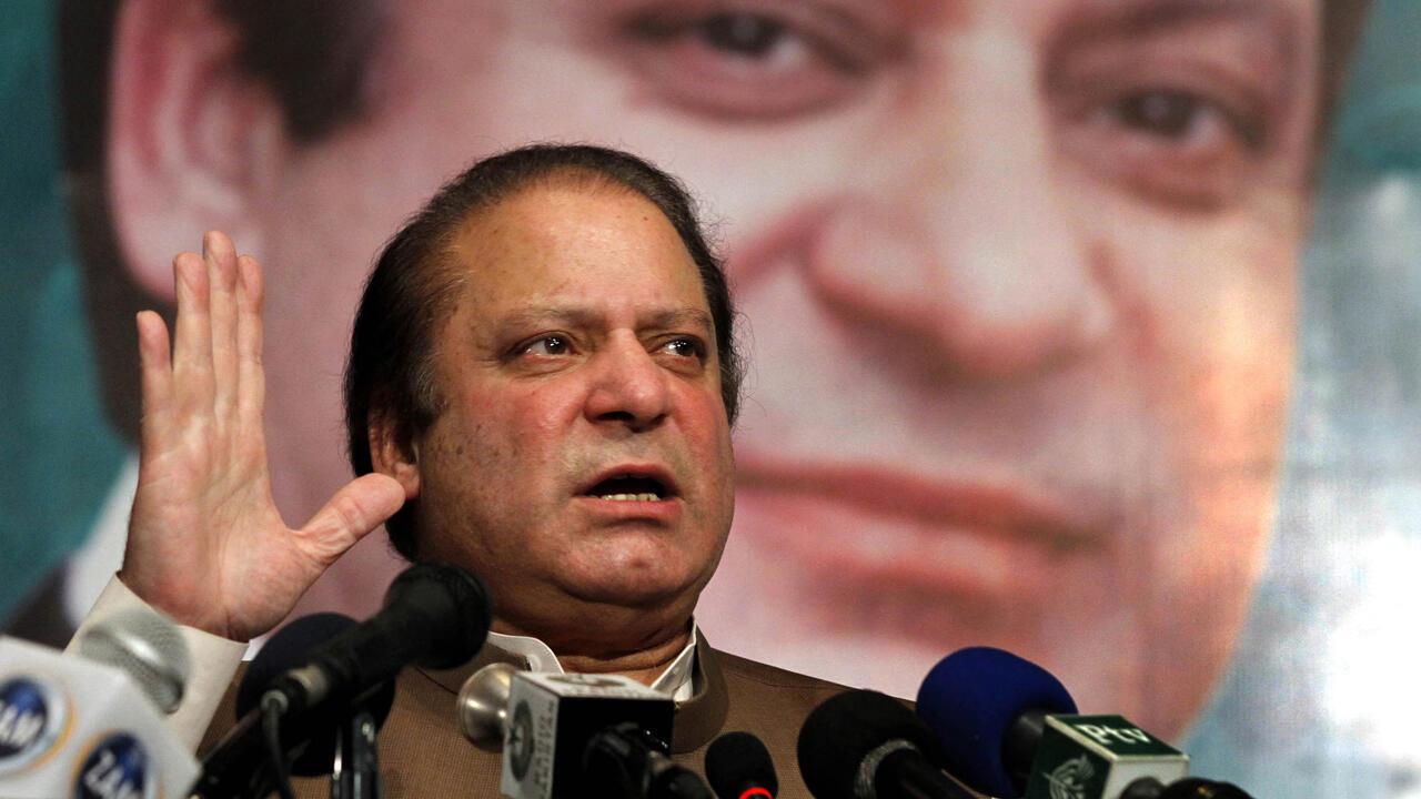 Archivo: Nawaz Sharif, ex primer ministro y jefe del partido político Nawaz (PML-N) de la Liga Musulmana de Pakistán, habla con los parlamentarios recién electos de su partido y los legisladores provinciales en Lahore, Pakistán, 20 de mayo de 2013.