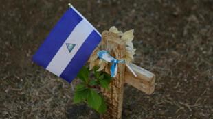 Una bandera de Nicaragua ondea en la tumba de uno de los manifestantes muertos en Managua
