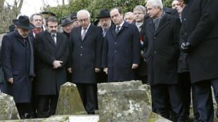 François Hollande devant les tombes profanées du cimetière juif de Sarre-Union, mardi 17 février 2015.