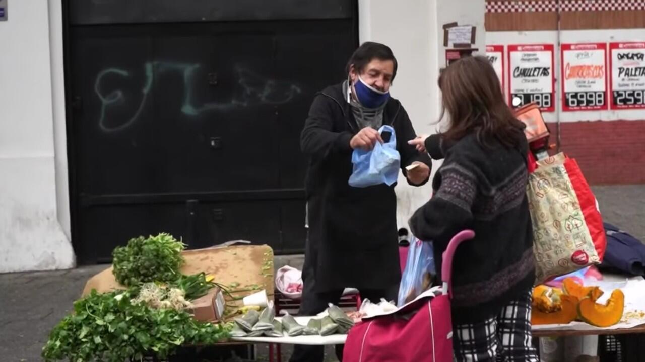 Un adulto mayor trabaja en la calle de Santiago de Chile de manera informal durante la pandemia de coronavirus.
