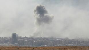 قصف مدينة دوما في الغوطة الشرقية في 7 نيسان/أبريل 2018.