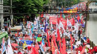 Filipinos protestan en las calles de Manila mientras se dirigen hacia el Palacio Presidencial el 1 de mayo de 2018.