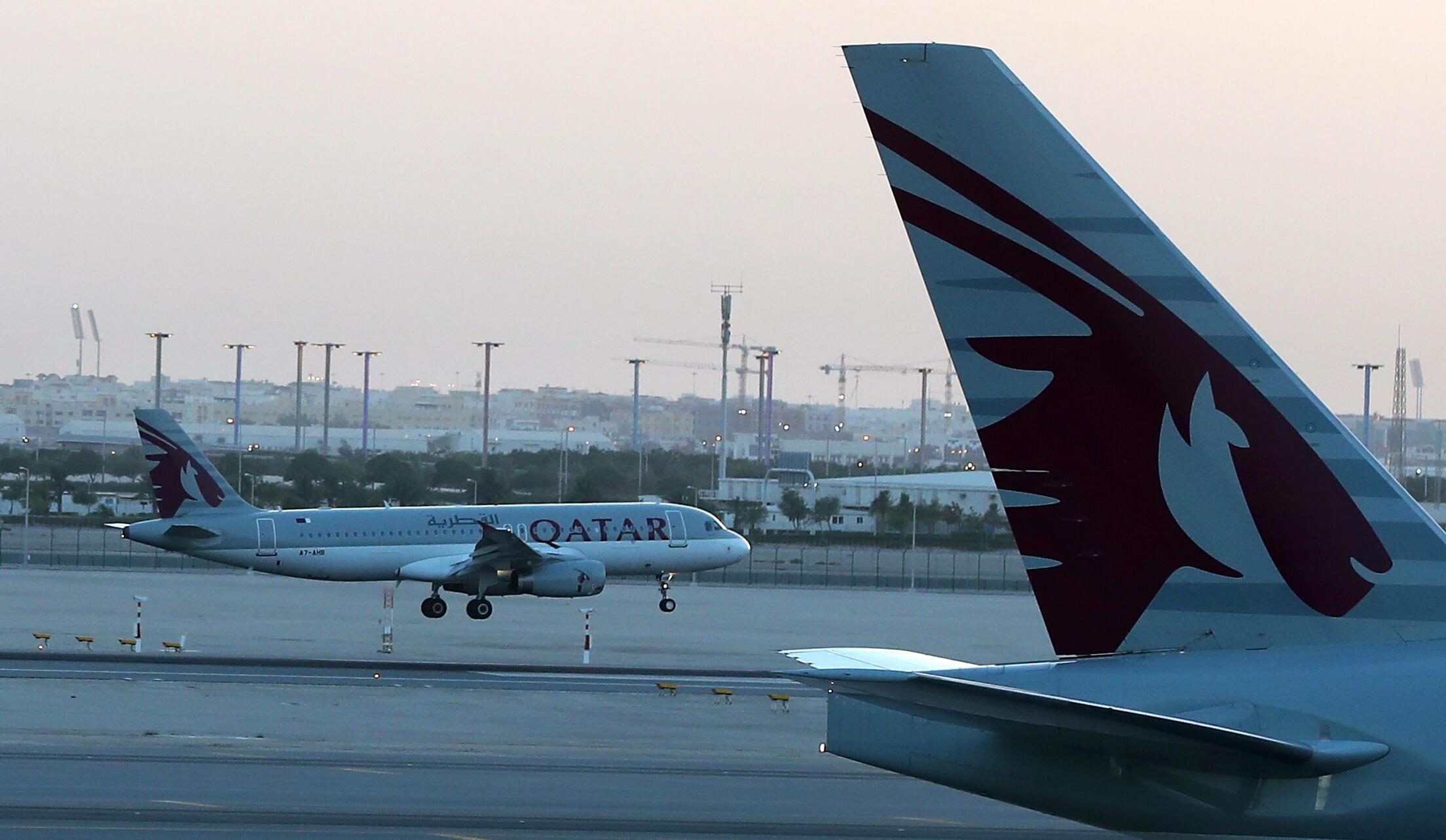 طائرة تابعة لشركة قطر للطيران تحط بمطار حمد الدولي بالدوحة، في 12 يونيو/حزيران 2017.