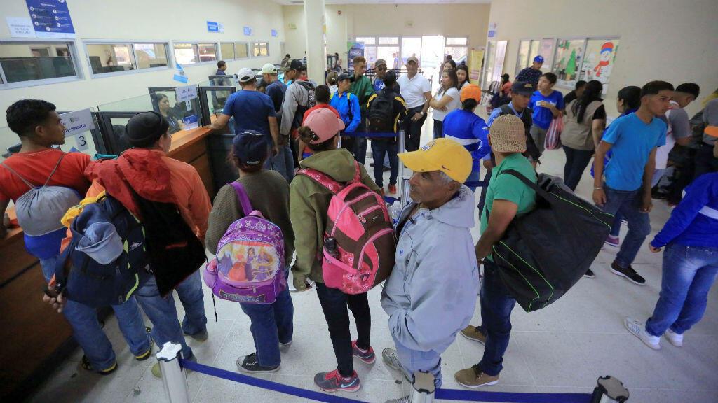 Decenas de ciudadanos hondureños durante las diligencias migratorias en la aduana de Agua Caliente, en la frontera entre Honduras y Guatemala, el 15 de enero de 2019.