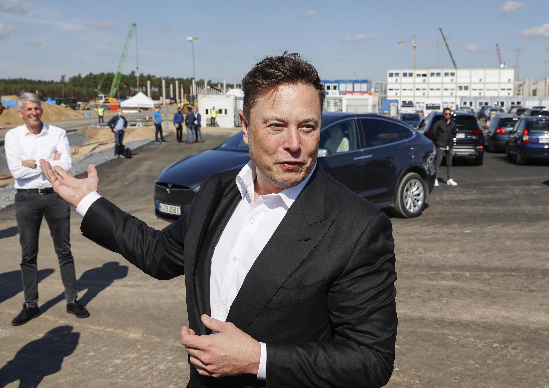 Foto de archivo del CEO de Tesla, Elon Musk, hablando con medios de comunicación al llega para visitar el sitio de construcción de la futura sede del gigante estadounidense de autos eléctricos, el 3 de septiembre de 2020 en Gruenheide, cerca de Berlín.