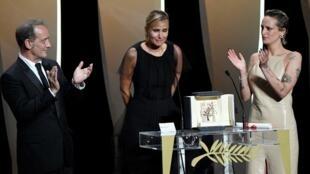 """La réalisatrice Julia Ducournau remporte la palme d'or de cette 74ème édition du festival de Cannes avec son film """"Titane""""."""