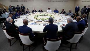 El presidente ruso, Vladimir Putin durante un almuerzo con algunos líderes africanos en la cumbre Rusia-África celebrada den Sochi, Rusia, el 23 de octubre de 2019.