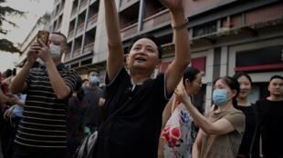 صينيون يلتقطون صوراً للقنصلية الأميركية في شنغدو قبل إغلاقها في 26 تموز/يوليو 2020