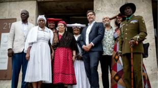 Le sénateur de la Justice de Berlin, Dirk Behrendt (4ème à droite), pose avec Esther Utjiua Muinjangue (au centre), présidente de la Fondation Ovaherero Génocide en Namibie, et des membres de la délégation namibienne le 27 août 2018 devant le ministère de la Justice de Berlin.