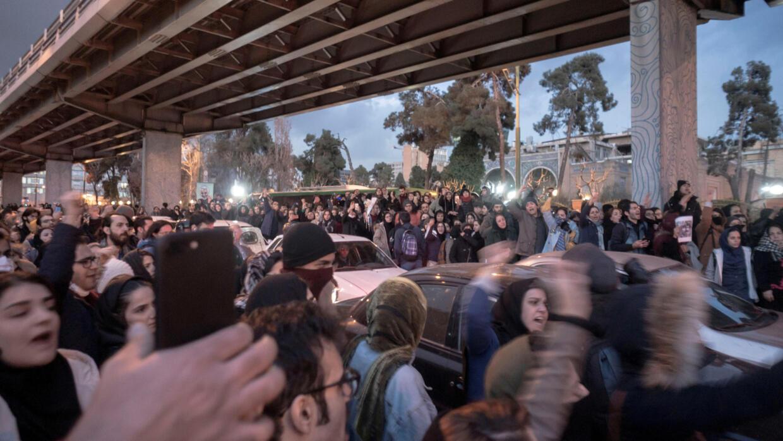 Des manifestants iraniens protestent à Téhéran après le crash de l'avion du Boeing abattu en Iran, le 11 janvier 2019.