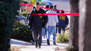 Agentes de policía y del FBI esperan fuera de la casa del sospechoso en un incidente de tiroteo en un bar de Thousand Oaks, en Newbury Park, California, Estados Unidos, el 8 de noviembre de 2018.