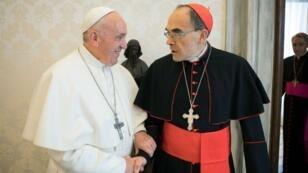 البابا فرنسيس برفقة الكاردينال باربران، المتهم بالتستر على اعتداءات جنسية في ليون، في 18 مارس 2019 بالفاتيكان.
