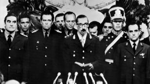 Le général Jorge Rafael Videla devenu président de l'Argentine, après avoir prêté serment, le 29 mars 1976 à Buenos Aires.