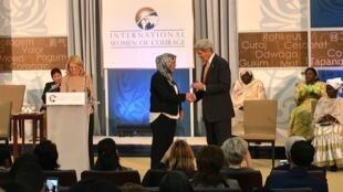 Latifa Ibn Ziaten reçoit son prix des mains du secrétaire d'État américain John Kerry à Washington, le 29 mars 2016.