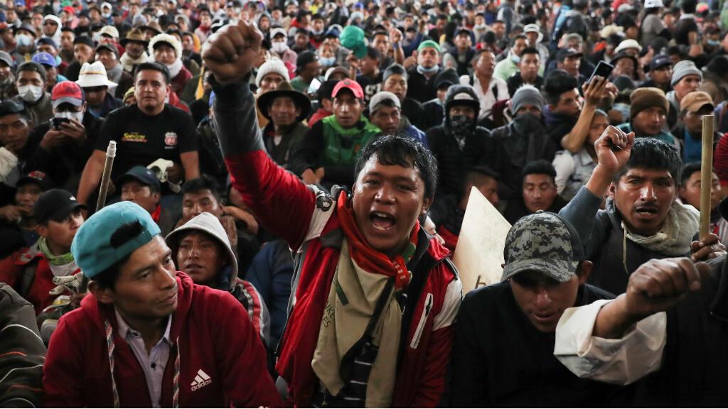 Las personas reaccionan mientras participan en una asamblea indígena para protestar contra las medidas de austeridad del presidente de Ecuador, Lenín Moreno, en Quito, Ecuador, 10 de octubre de 2019.
