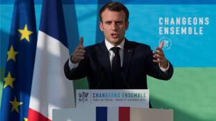 """El presidente francés, Emmanuel Macron, reacciona durante el discurso que ofreció tras asistir a la reunión """"La presentación de la estrategia para la transición ecológica"""" en el Palacio del Elíseo en París, Francia, 27 de noviembre de 2018."""