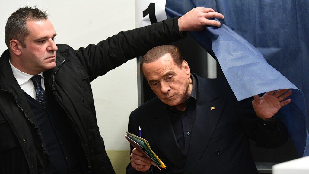 Silvio Berlusconi sort de l'isoloir, le 4 mars 2018.