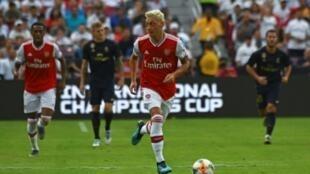 Le milieu d'Arsenal Mesut Özil (c) contrôle le ballon lors du match amical de pré-saison contre le Real Madrid, le 23 juillet 2019 à Landover dans le Maryland
