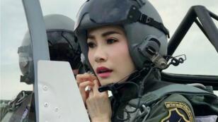 L'épouse noble royale Sineenat Bilaskalayani, également connue sous le nom de Sineenat Wongvajirapakdi, aux commandes d'un avion.