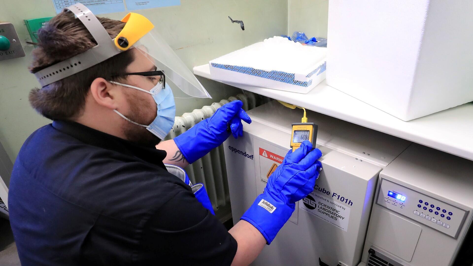 Un técnico de farmacia de Croydon Health Services prepara la entrega del primer lote de vacunas en el Hospital Universitario de Croydon en Croydon, Reino Unido, el 5 de diciembre de 2020.