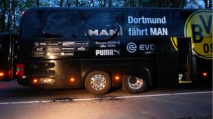 Le bus du Borussia Dortmund dont les vitres ont été partiellement soufflées par les explosions, ici à l'arrière du véhicule.