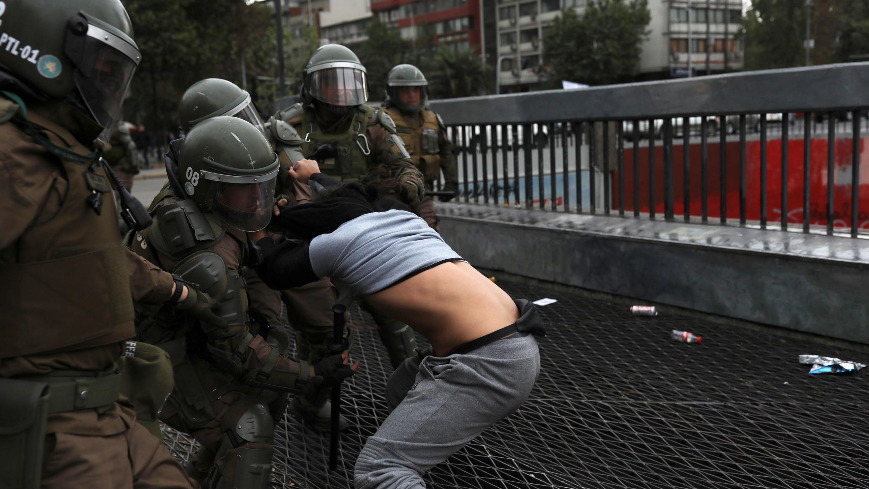 La policía detiene a un manifestante durante una protesta contra el modelo económico estatal de Chile, en Santiago de Chile, el 27 de octubre de 2019.