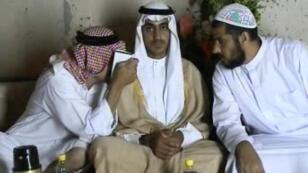 Capture d'écran d'une vidéo diffusée par laCIA en novembre2017, montrant Hamza BenLaden(au centre).