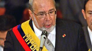 El expresidente de Ecuador Gustavo Noboa da un discurso en el Congreso, en Quito, el 13 de enero de 2003
