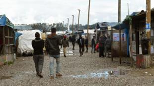 """Le gouvernement espère évacuer la totalité des migrants de la """"jungle"""" calaisienne en une semaine."""