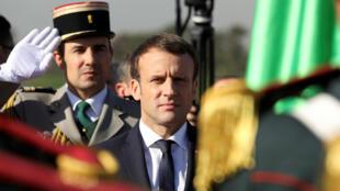 El presidente francés, Emmanuel Macron, saluda a las tropas en el aeropuerto de Argel tras su llegada, el 6 de diciembre de 2017.