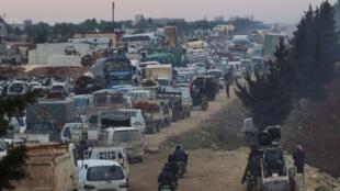قوافل من السيارات محملة بالنازحين هربا من المعارك في إدلب، 28 كانون الثاني/يناير 2020.
