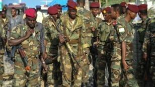 جنود صوماليون أمام البرلمان في مقديشو بعد هجوم وقع في 25 آذار/مارس 2018