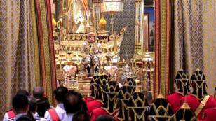 El rey de Tailandia, Maha Vajiralongkorn, sentado en el trono durante su coronación mientras se abren las cortinas para presentarse ante la audiencia, en el Gran Palacio de Bangkok el 4 de Mayo de 2019.
