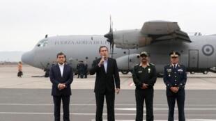 El presidente peruano Martín Vizcarra anunció la medida en la base aérea de Lima, junto al ministro de Interior, Carlos Morán.