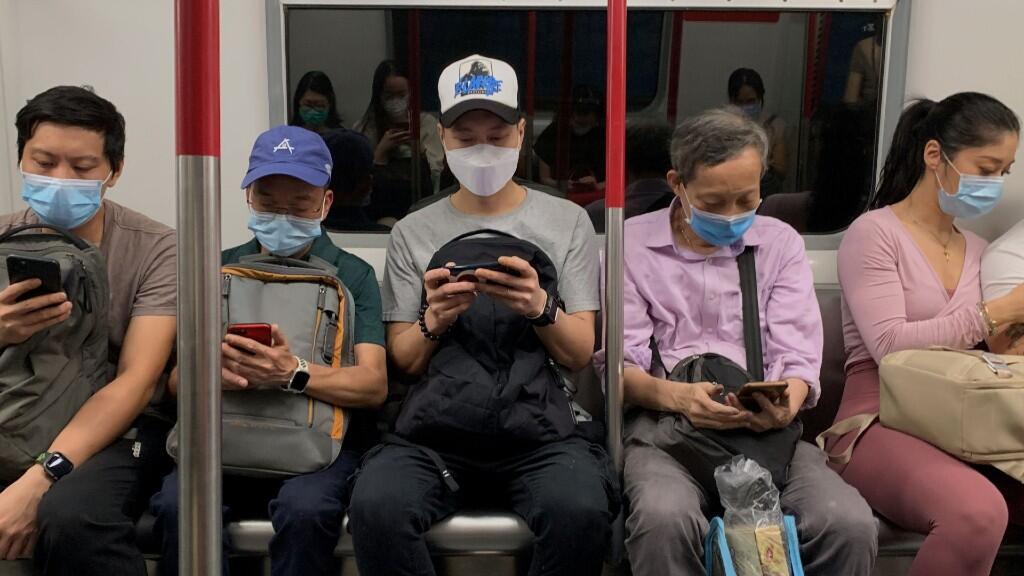 Varios pasajeros de transporte público usan mascarillas para protegerse del coronavirus. En Hong Kong, 13 de julio de 2020.