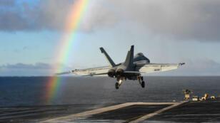 Un chasseur de combat décolle du porte-avions américain USS Harry S. Truman dans le cadre de l'opération Trident Juncture le 25 octobre 2018.