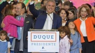 رئيس كولومبيا المنتخب إيفان دوكي يحتفل بالنصر في بوغوتا
