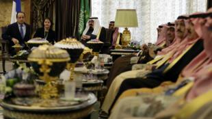 Francois Hollande en compagnie d'une délégation d'officiels saoudiens à Riyad le 29 décembre 2013.