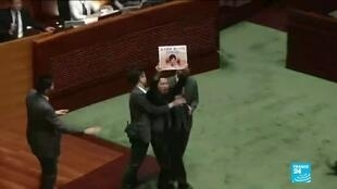 2019-10-17 17:44 Hong Kong lawmakers dragged from chamber as Carrie Lam is heckled onceagain