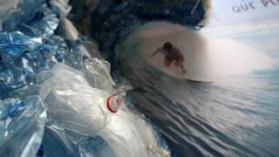 Une oeuvre d'art dénonçant la pollution plastique des mers et océans exposée à Santiago, le 4 juin 2018.