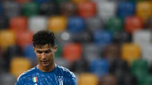 لقطة معبرة للنجم البرتغالي ليوفنتوس كريستيانو رونالدو خلال اللقاء الذي خسره فريقه أمام مضيفه أودينيزي في الدوري الايطالي لكرة القدم، اوديني في 23 تموز/يوليو 2020