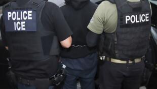 Des agents des services de l'Immigration and Customs Enforcement (ICE), procédant à l'arrestation d'un suspect, le 7 février 2017 à Los Angeles.