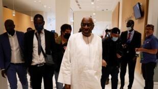 L'ancien président de la Fédération internationale de l'athlétisme (IAAF), le Sénégalais Lamine Diack, quitte le palais de justice de Paris, le 10 juin 2020