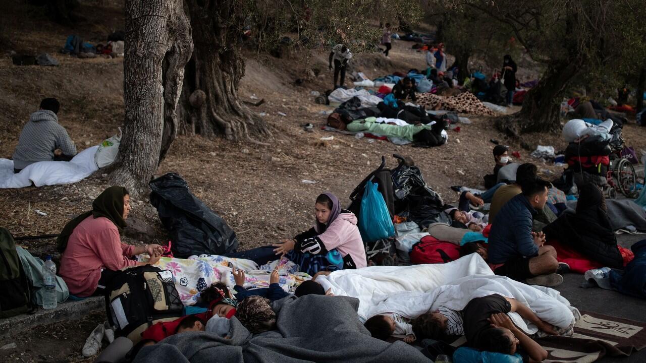 Miles de migrantes duermen a la intemperie en el campamento Moria, en Lesbos, Grecia, el 10 de septiembre de 2020.