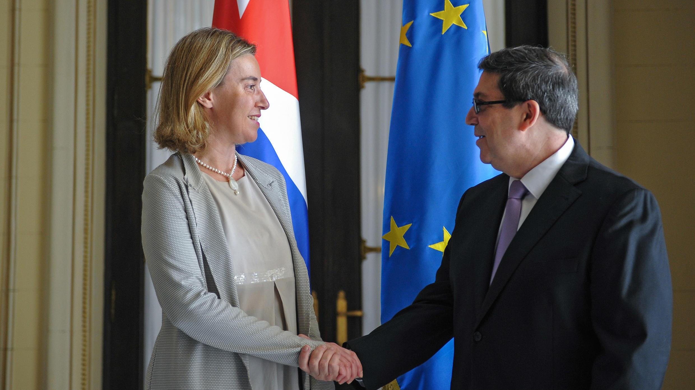 La chef de la diplomatie de l'Union européenne, Federica Mogherini, serre la main au ministre cubain des Affaires étrangères, Bruno Rodriguez, le 11 mars 2016 à la Havane.