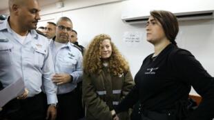 La adolescente palestina Ahed Tamimi ingresa a un tribunal militar escoltada por personal de seguridad israelí en la Prisión de Ofer, cerca de la ciudad cisjordana de Ramallah, el 15 de enero de 2018