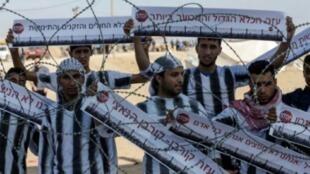 فلسطينيون يتظاهرون عند الحدود بين غزة وإسرائيل في 13 أيار/مايو 2018
