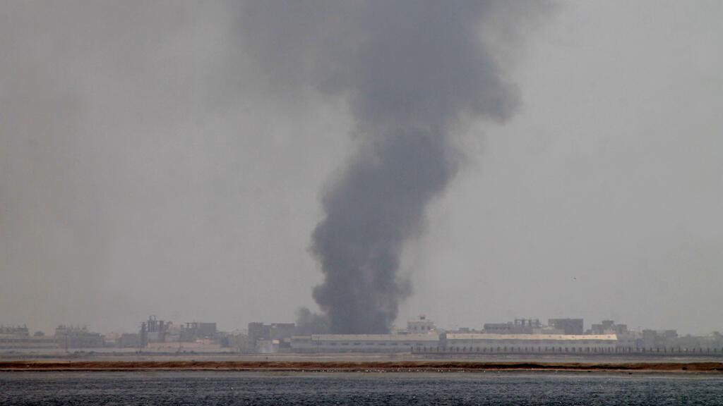 سحب دخان تتصاعد من منطقة خور مكسر بالقرب من مطار عدن 6 نيسان/ أبريل 2015