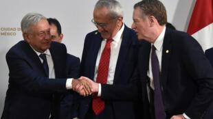 El presidente mexicano Andrés Manuel López Obrador (I) estrecha la mano del representante Comercial de los Estados Unidos Robert Lighthizer (D) junto al negociador mexicano Jesús Seade después de firmar un acuerdo, el 10 de diciembre de 2019 en Ciudad de México