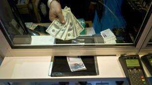 Dollar fort, faible inflation en Europe et crise politique en Grèce expliquent la chute de l'euro.